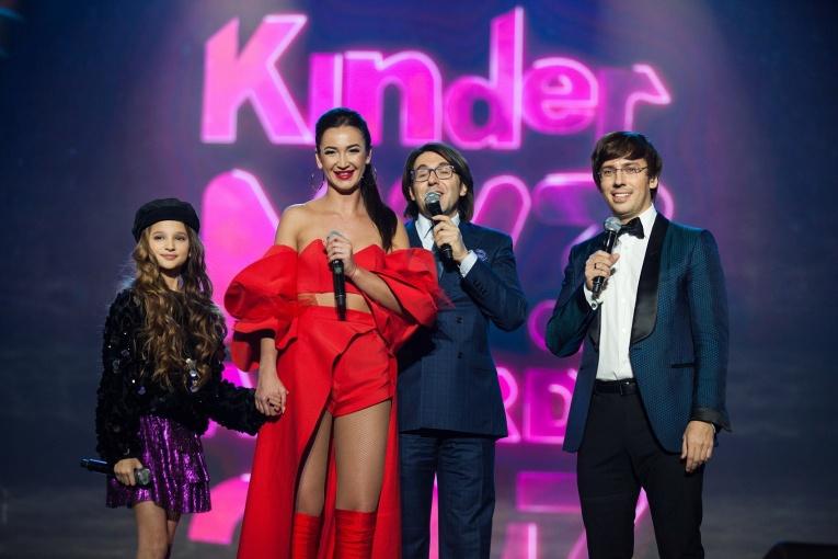 Юная Лиза Анохина вручила Ольге Бузовой заветную награду на Kinder МУЗ Awards 2017