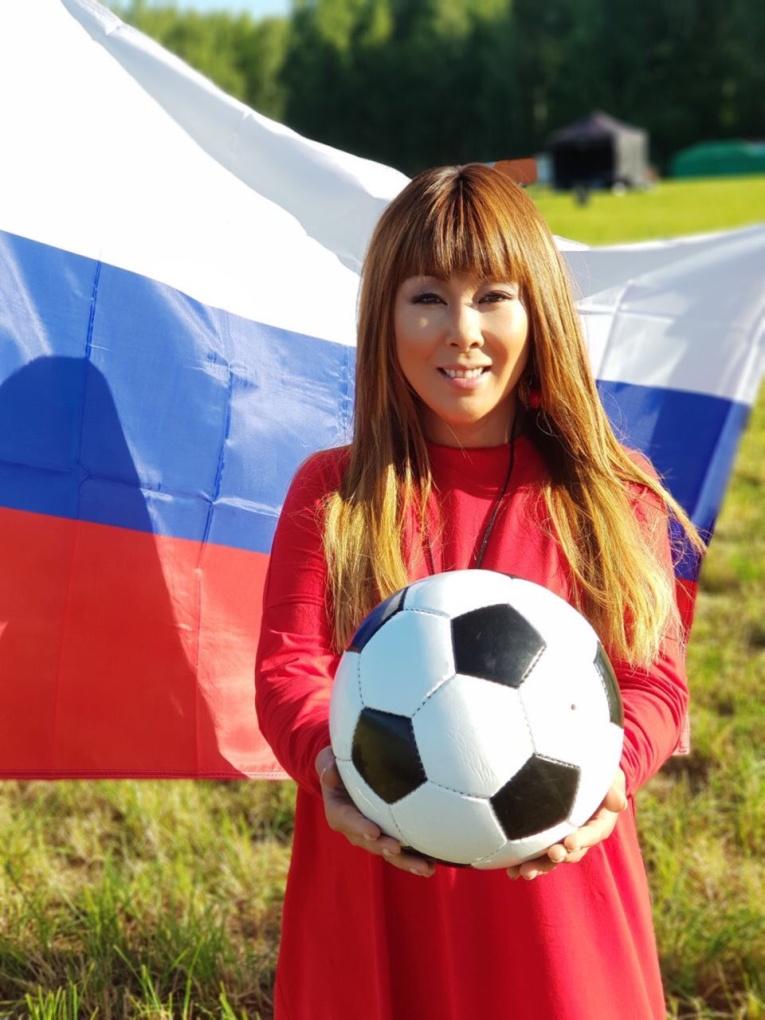 Анита Цой напророчила победу сборной России по футболу и победила в пари с поклонниками