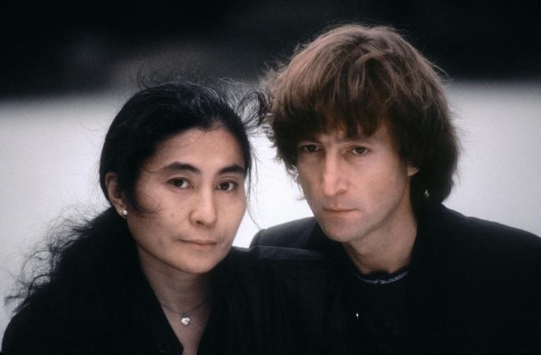 Вдова Джона Леннона попросила женщин прислать ей фотографии своих глаз