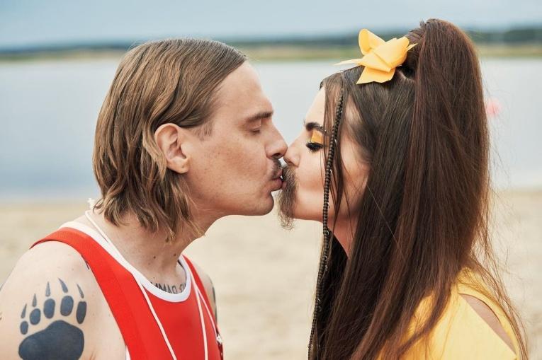 10 самых горячих звёздных поцелуев лета 2021